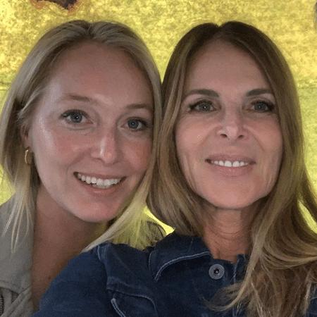 India (à esqueda) e Catherine Oxenberg (à direita) vão contar os detalhes da seita sexual em uma minissérie que vai estrear em novembro - Reprodução / Instagram