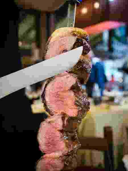 Espeto de picanha: bom churrasqueiro corta peça bem fininha, 'pré-mastigad - Getty Images/iStockphoto - Getty Images/iStockphoto