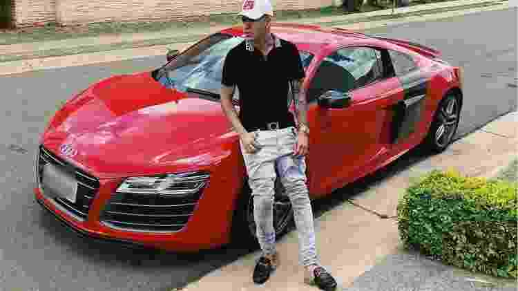 Kevinho posta com seu Audi R8 vermelho 2014, que custa menos da metade do valor de um novo - Reprodução - Reprodução