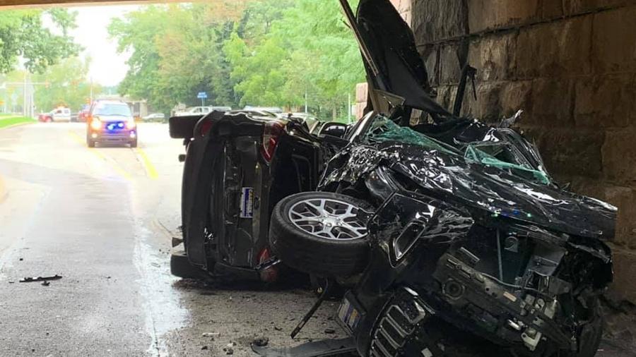 SUVs são destruídos após caminhão bater em ponte - Reprodução