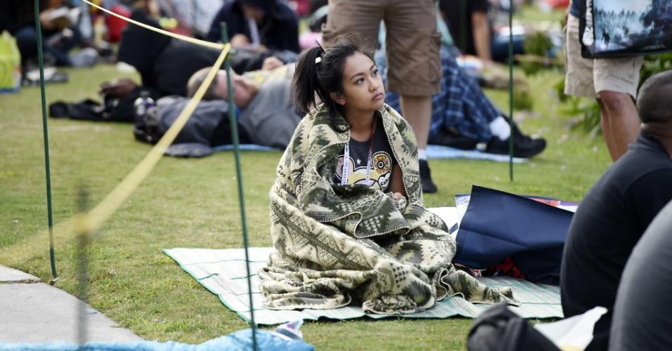 9.jul.2015 - Participante da Comic-Con se prepara para dormir na fila do Hall H, sala mais disputada do evento que se realiza em San Diego, na Califórnia