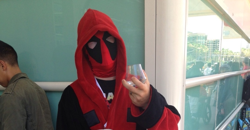 "12.jul.2015 - Visitante da Comic-Con, usa roupão e máscara inspirados no personagem ""Deadpool"", da Marvel"