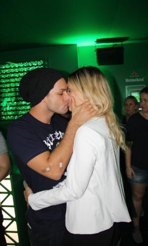 """20.set.2015 - Rainer Cadete, o Visky de """"Verdades Secretas"""", troca beijos com a namorada, a modelo Taianne Raveli, em camarote do Rock in Rio"""