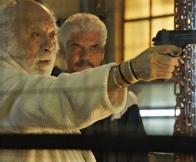 Ascânio (Tonico Pereira) recebe a ordem de Tio (Jackson Antunes) para matar Sueli (Paula Burlamaqui). Antes de apertar o gatilho, o amigo de Romero (Alexandre Nero) diz para a dona da pensão.