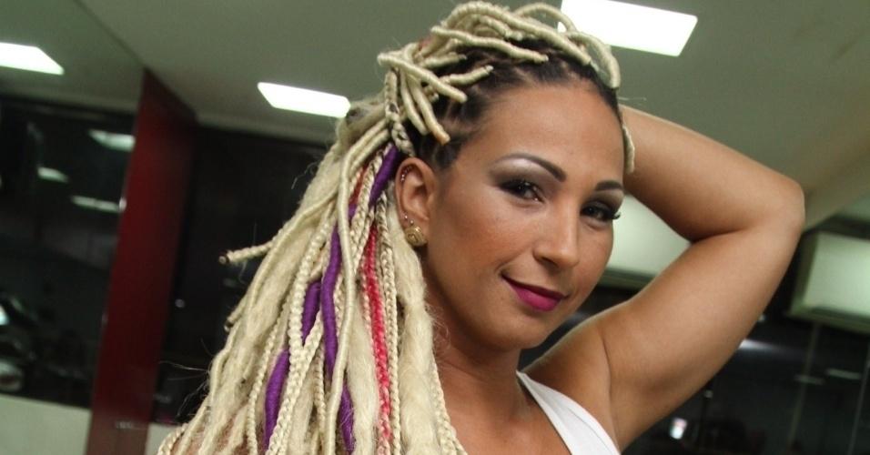 3.fev.2015 - Valesca Popozuda adere ao visual com dreads para curtir o Carnaval
