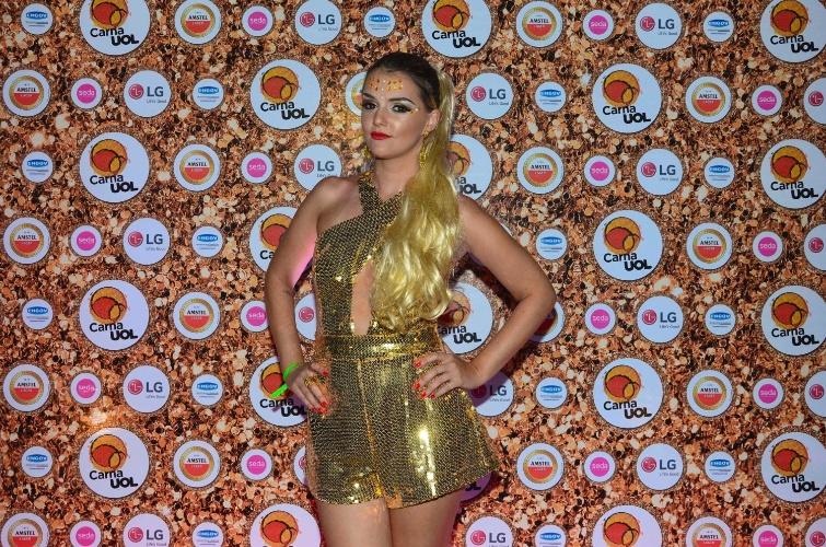5.fev.2016 - A DJ Giordanna Forte foi de unhas e batom vermelhos e colocou um aplique blondie no cabelo para curtir e tocar no CarnaUOL no Joquey Clube