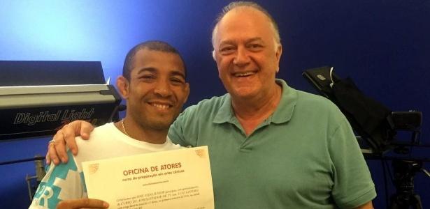 Ao lado de Luiz Santoro, José Aldo mostra diploma do curso na Oficina de Atores - Arquivo Pessoal