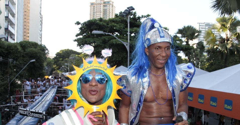"""6.fev.2016 - O ator Luis Miranda faz graça durante o bloco As Muquiranas e canta, ao lado de Beto Jamaica, """"Bota Cara no Sol"""", aposta do É o Tchan! para o Carnaval deste ano. Jamaica ainda defendeu os blocos sem cordas: """"Acho que o caminho é esse, do Carnaval cada vez mais popular e democrático?"""", completou"""