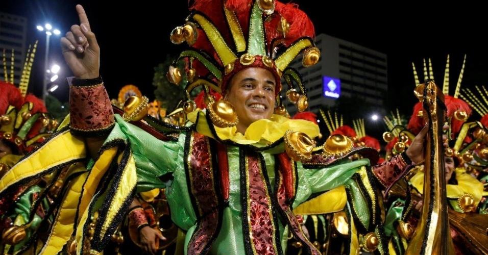 9.fev.2016 - Folião espera o início do desfile da São Clemente na concentração da escola de samba