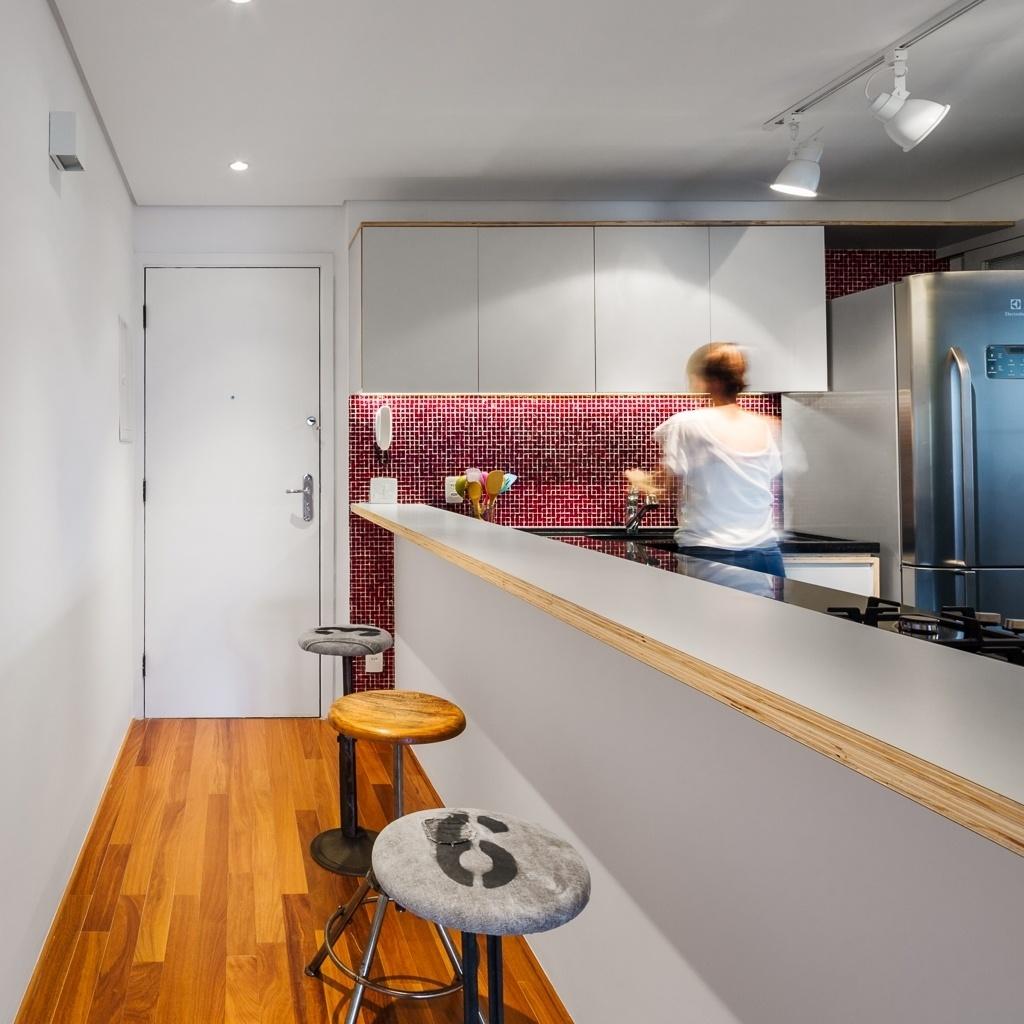Fotos Reforma Aproveita Corredor De Entrada Para Instalar Bancada  ~ Balcão De Cozinha Em Alvenaria