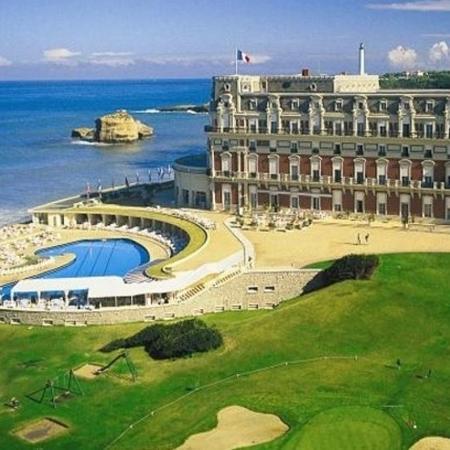 Acesso à Grande Plage, onde fica o Hotel du Palais (foto), sede da reunião dos governantes dos sete países do G7, estará proibido - Divulgação/The Leading Hotels of the World