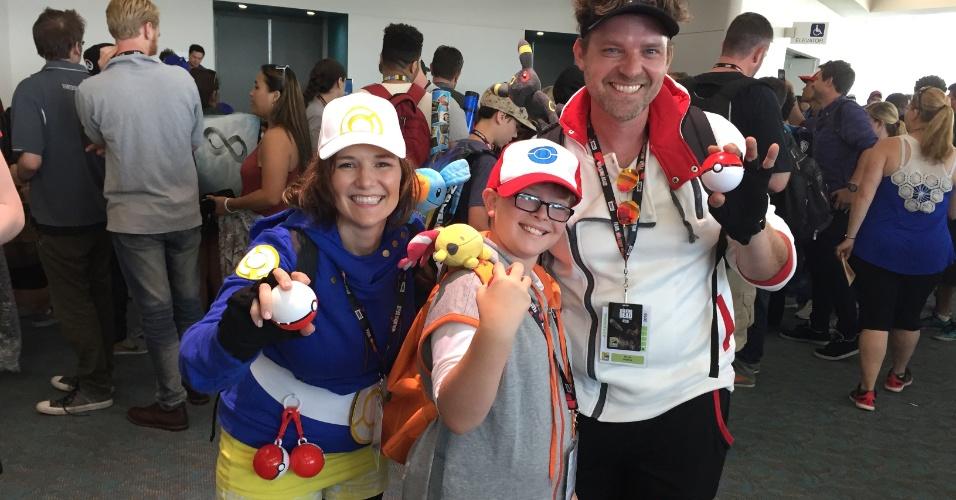 """Heather, August e David Hughes: mãe, filho e pai jogam juntos o """"Pokémon Go"""" durante a San Diego Comic-Con"""