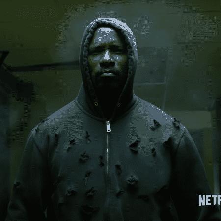 Luke Cage leva tiros em cena da primeira temporada - Divulgação/Netflix