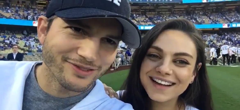 19.out.2016 - Ashton Kutcher e Mila Kunis assistiram juntos ao jogo do Los Angeles Dodgers e entraram no campo para tirar fotos com os jogadores - Reprodução /Twitter