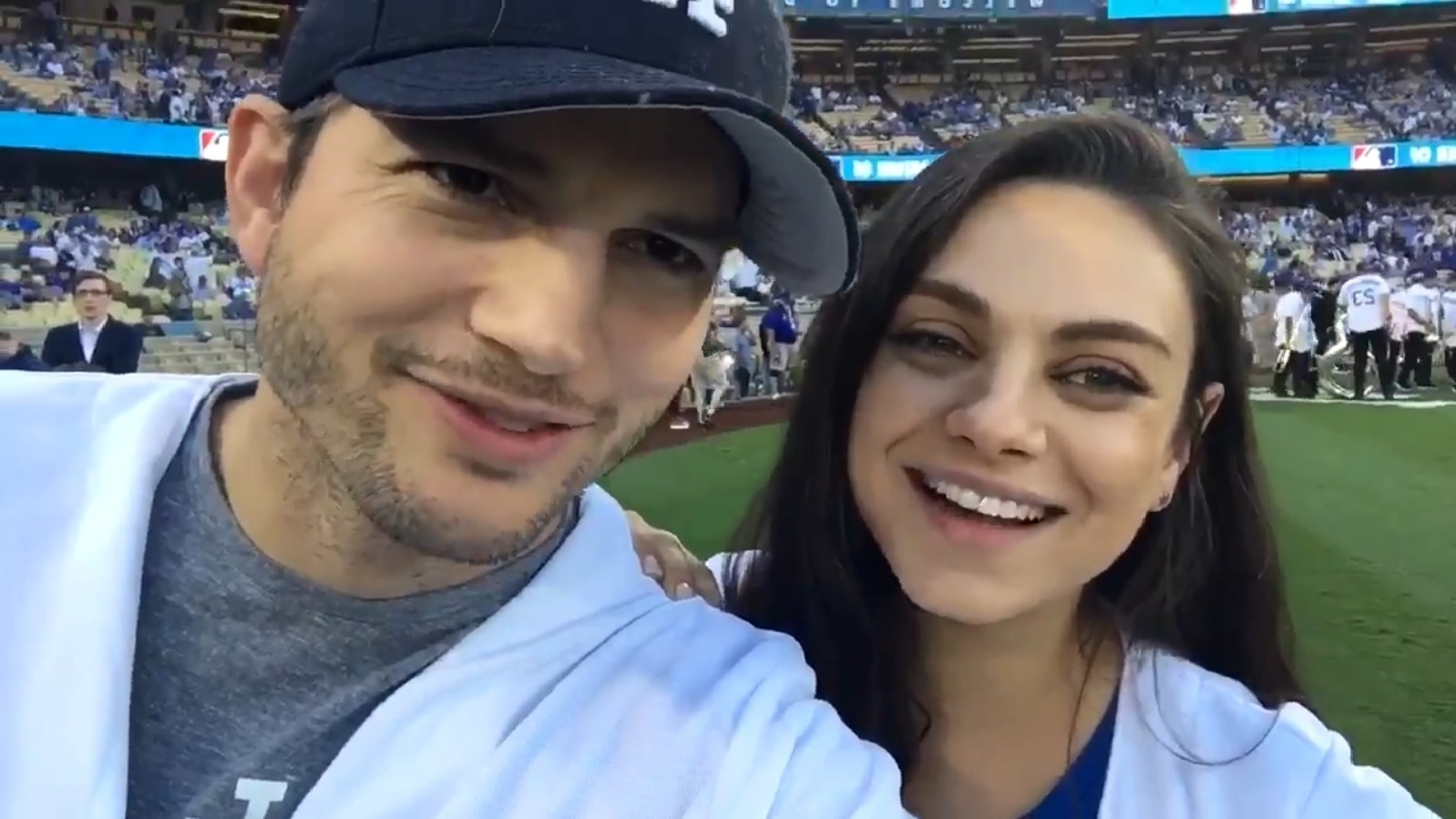 19.out.2016 - Na noite desta quarta-feira, Ashton Kutcher e Mila Kunis assistiram juntos ao jogo do Los Angeles Dodgers e entraram no campo para tirar fotos com os jogadores