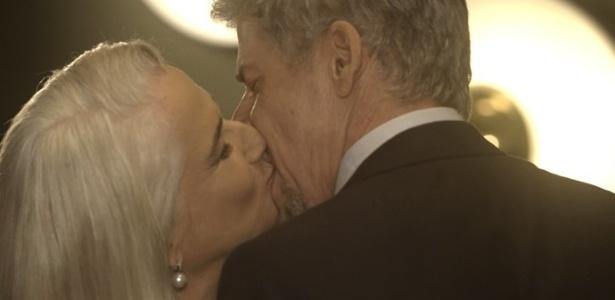"""Tião (José Mayer) e Mág (Vera Holtz) se beijam em """"A Lei do Amor"""" - Reprodução/GShow"""