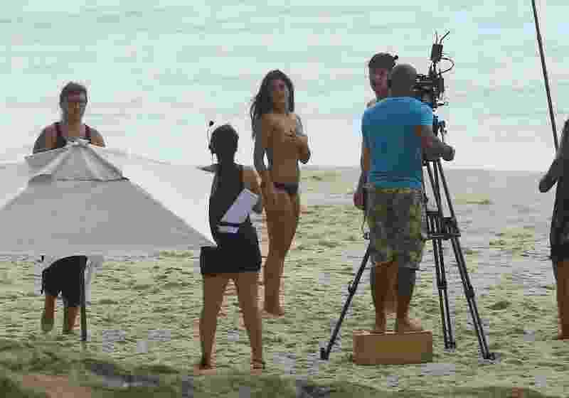 """Antônia Morais """"faz"""" topless e grava cena de beijo com Rafael Vitti para """"Rock Story"""" - Agnews"""