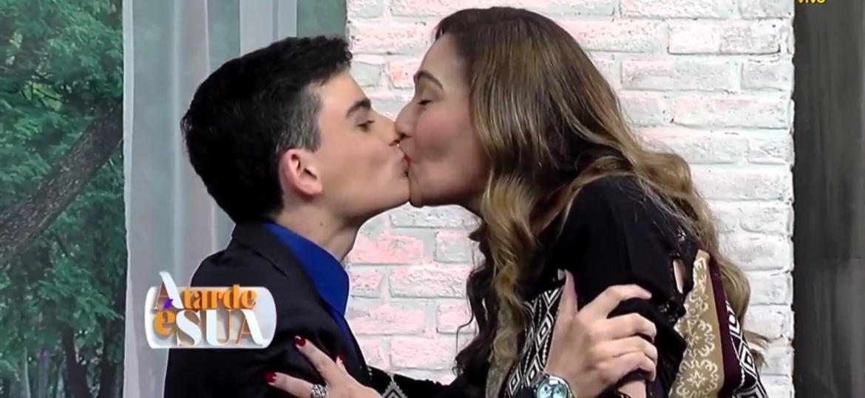 """Dudu Camargo beija Sonia Abrão no encerramento do programa """"A Tarde É sua"""", da RedeTV! - Reprodução/RedeTV!"""