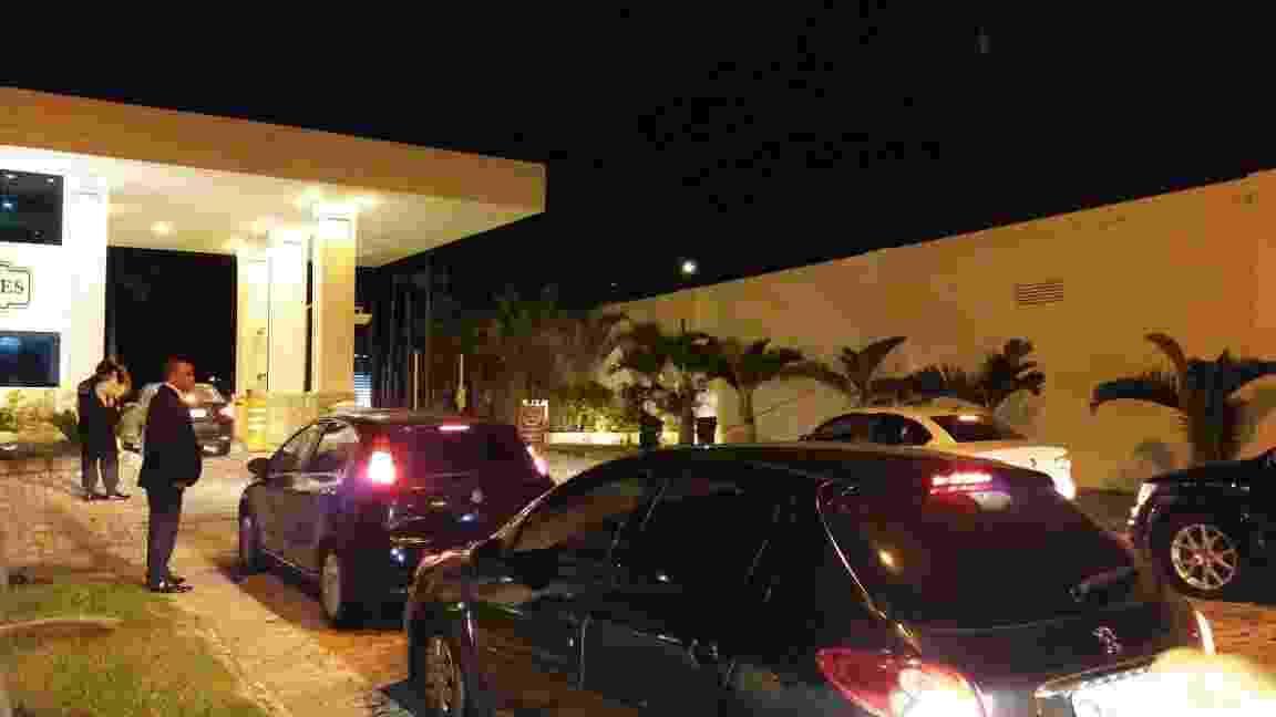 Convidados vão chegando aos poucos à festa de Anitta - Ana Cora Lima/UOL