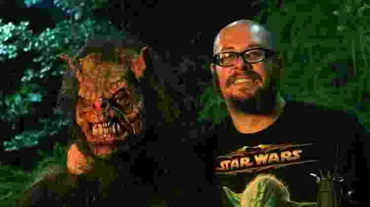 O diretor Rodrigo Aragão com uma das suas criaturas - Reprodução - Reprodução