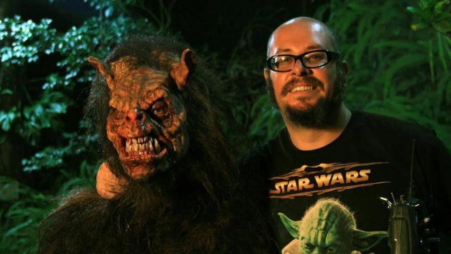 O diretor Rodrigo Aragão com uma das suas criaturas - Reprodução