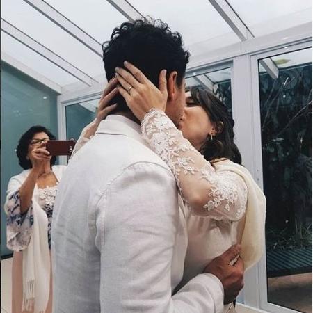 A atriz Daphne Bozaski beija o marido, o chef Gustavo Araujo - Reprodução / Instagram
