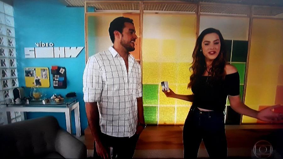 """Joaquim Lopes e Sophia Abrahão no """"Vídeo Show"""" (com nome errado no cenário) - Reprodução/TV Globo"""