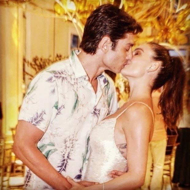 Isis Valverde escolheu passar o Réveillon em um hotel luxuoso na Praia de Copacabana, no Rio, ao lado do marido André Resende. O filho do casal, Rael, também estava no local, mas passou virada dormindo enquanto os pais celebravam o amor aos beijos