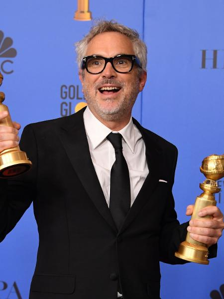 Alfonso Cuaron posa com Globo de Ouro - Mark Ralston/AFP