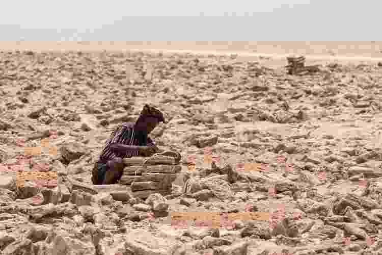 Na Depressão de Danakil, os turistas têm a chance de observar trabalhos de extração de sal - Artush/Getty Images - Artush/Getty Images
