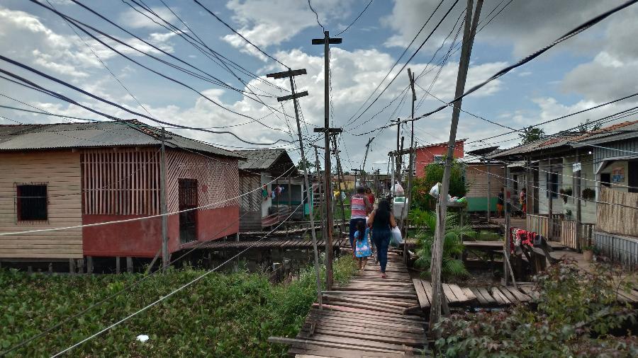 Ponte da rua 10, no bairro de Congós, em Macapá; moradores convivem com a falta de luz desde 3 de novembro, quando houve o primeiro apagão - Vinicius Sassine/Folhapress