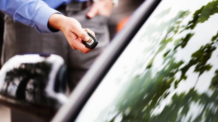 Carro é destrancado em estacionamento - Divulgação
