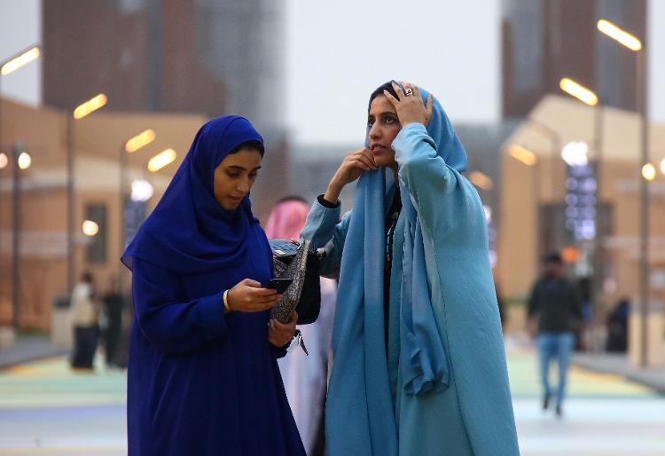 Mulheres em parque temático de Diriyah, cidade próxima a Riad, na Arábia Saudita - Valery Sharifulin\TASS via Getty Images - Valery Sharifulin\TASS via Getty Images