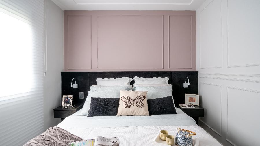 Projeto de Isabella Nalon: as boiseries de poliestireno foram pintadas de duas cores: rosa queimado na parede que recebe a cabeceira da cama; e cinza delicado na lateral - Julia Herman