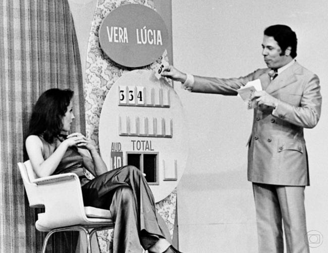 Silvio Santos faz gincana em seu programa na Globo, no início dos anos 1970