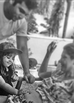 Marido de Antônia Fontenelle, o empresário Jonathan Costa mostra a filha fazendo carinho na barriga da atriz - Reprodução/Instagram/jonathancostaoficial