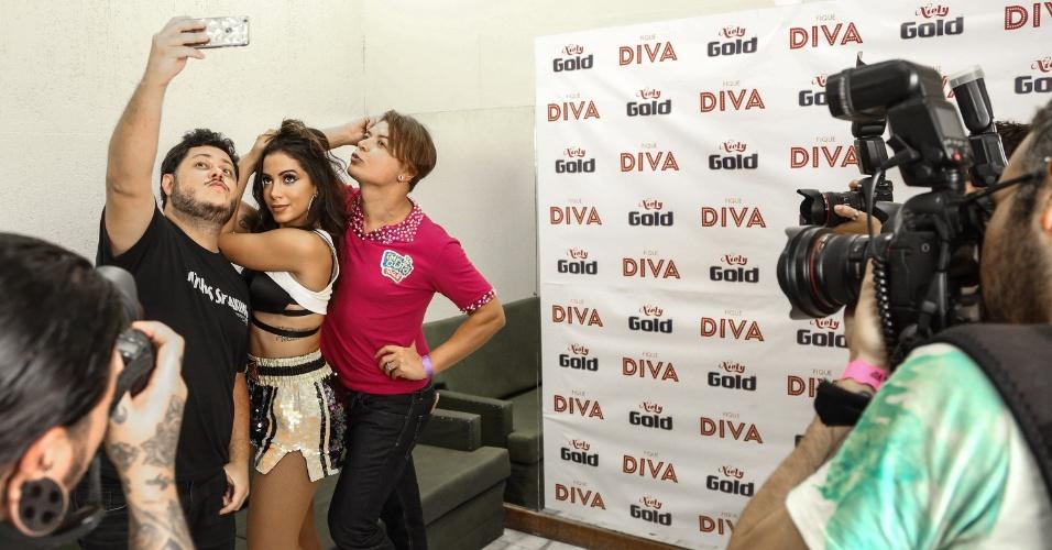 Anitta capricha no carão em selfie com o humorista Marcus Majella e o radialista David Brazil no camarim