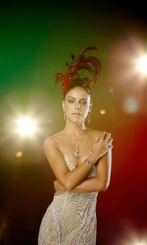 A atriz entra na avenida como rainha da bateria da Grande Rio pela primeira vez