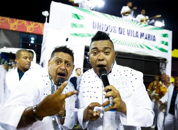 """6.fev.2016 - Puxadores cantam o samba-enredo """"A Vila famosa é mais bela, Ilhabela das maravilhas"""", que narra a história da ilha do litoral de São Paulo"""