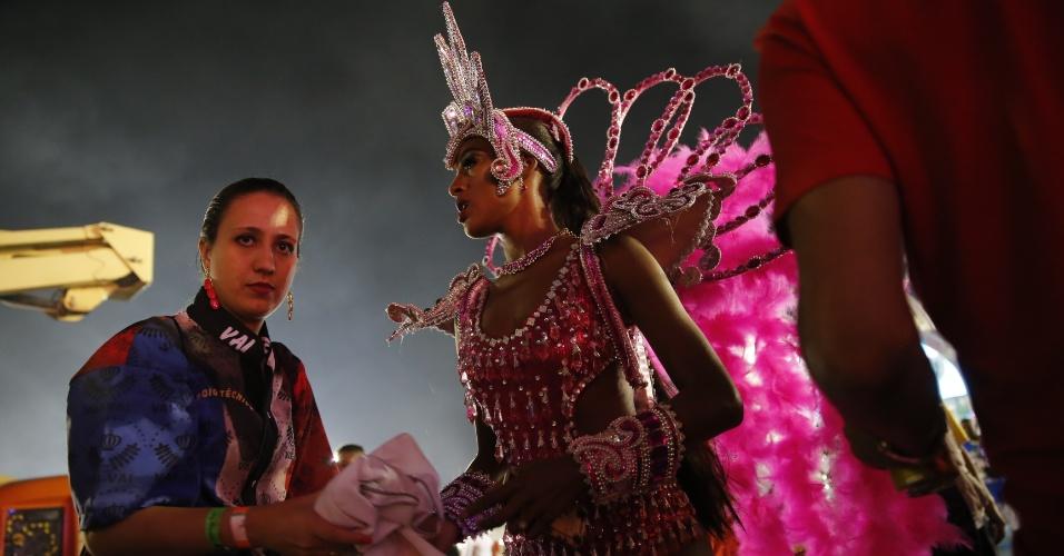 7.fev.2016 - A DJ Pathy Dejesus à frente do segundo carro da Vai-Vai com fantasia que homenageia Watusi, vedete brasileira do Moulin Rouge, no Carnaval 2016 de São Paulo
