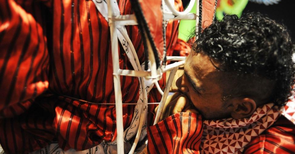 7.fev.2016 - Detalhe da dispersão da Unidos do Peruche, primeira escola a desfilar no segundo dia de Carnaval de SP
