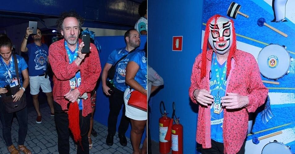 8.fev.2015 - O cineasta norte-americano Tim Burton se diverte tirando selfies e fazendo pose mascarado em camarote no segundo dia de desfiles do Carnaval do Rio de Janeiro