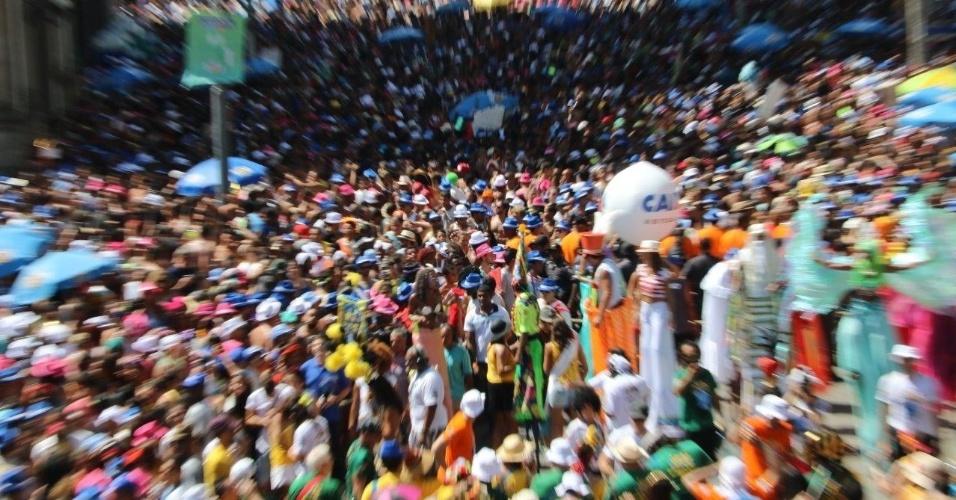 14.fev.2016 - Desfilando pelo 16º ano, Monobloco leva novidades ao desfile no centro do Rio, como pernas de pau à frente da bateria e Emanuelle Araújo como rainha