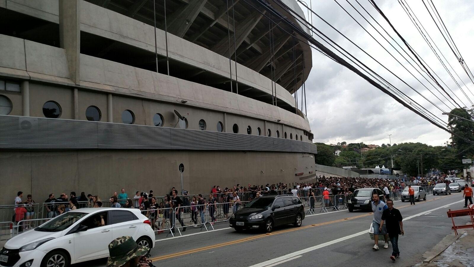 27.fev.2016 - Por volta das 15h40 o público já aguardava na fila pela abertura dos portões para o segundo dia de show dos Rolling Stones no Morumbi, em São Paulo