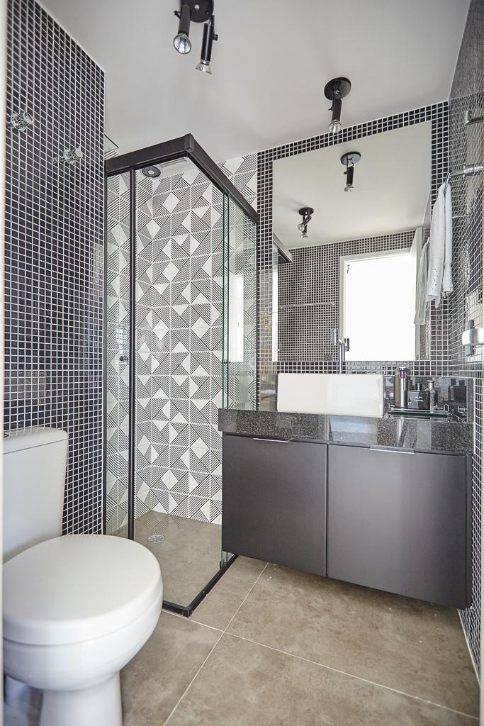 O banheiro foi renovado pela reforma desenvolvida pelo escritório Notar Design. Nas paredes, os azulejos Tarde, da Lurca, foram combinados às pastilhas de vidro (Vidrotil) e, no piso, o revestimento é de porcelanato (80 cm x 80 cm). Para facilitar a limpeza, o gabinete é suspenso
