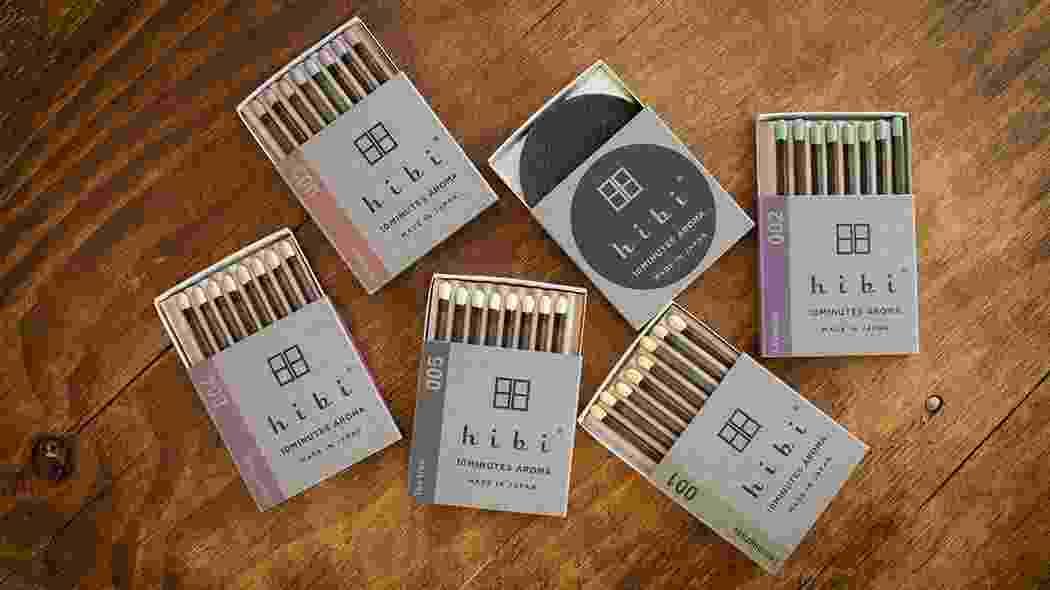 """A ideia das empresas Kobe Match e Daihatsu é simples e genial: produzir incensos no formato de fósforos. Apesar de não servir para acender o fogão, a forma de """"riscar"""" é a mesma: para acender o incenso, você passa a ponta do Hibi (www.hibi-jp.com) na lateral texturizada da caixinha. O aroma, segundo as fabricantes, é liberado por dez minutos - Divulgação"""
