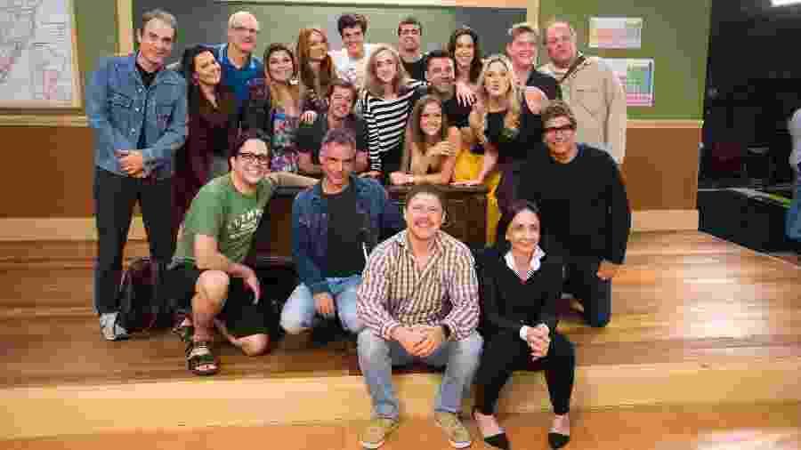 """Parte do elenco da segunda temporada de """"Escolinha de Professor Raimundo"""" com a diretora Cininha de Paula  - Divulgação/TVGlobo/Cesar Alves"""