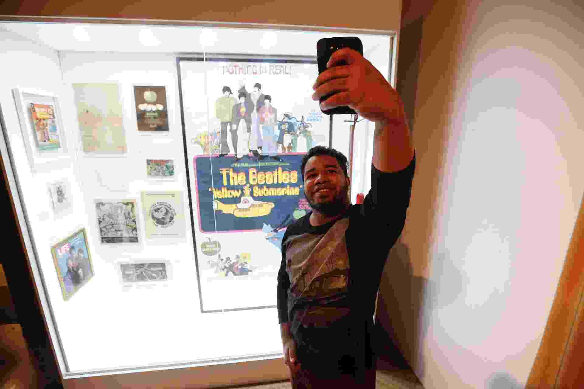 """6.set.2016 - Fã de Beatles, André Luis Silva faz selfie durante visita na exposição """"Beatleamania Experience"""" em cartaz em São Paulo - Lucas Lima/UOL"""