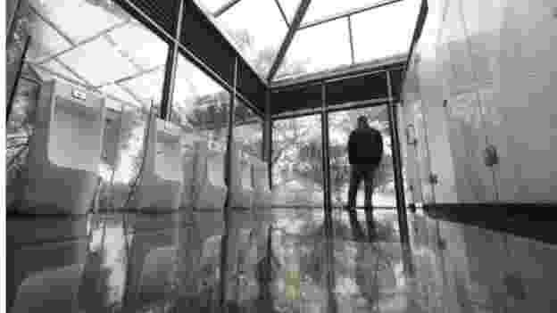 As paredes dos cubículos são de vidro fosco, até nas divisões entre banheiros masculinos e femininos - Barcroft/Reprodução BBC