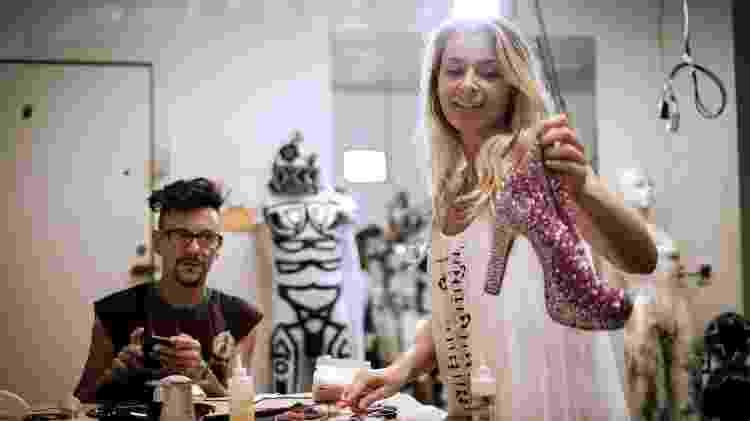 Anne Cecillon prepara o figurino das dançarinas na Grande Rio, em seu ateliê na Cidade do Samba - AFP/Yasuyoshi Chiba - AFP/Yasuyoshi Chiba